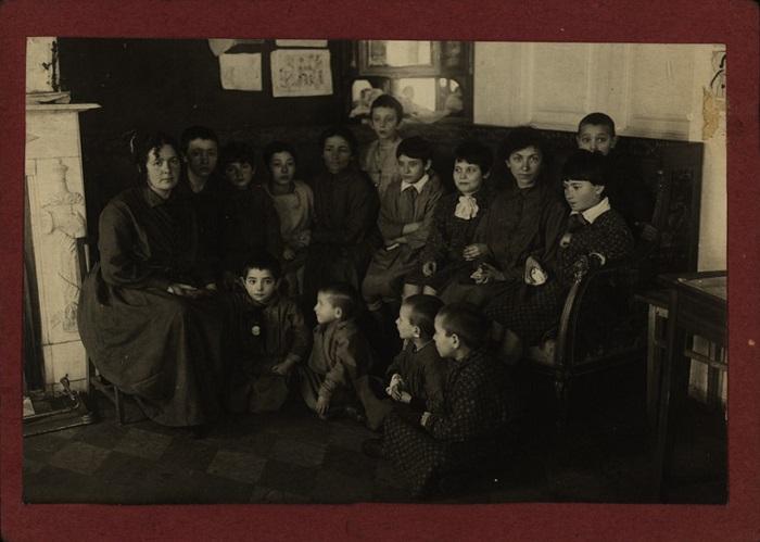 Воспитательная работа велась в разных направлениях: эстетическом, политическом, физическом, но основным было трудовое воспитание, 1924 год.