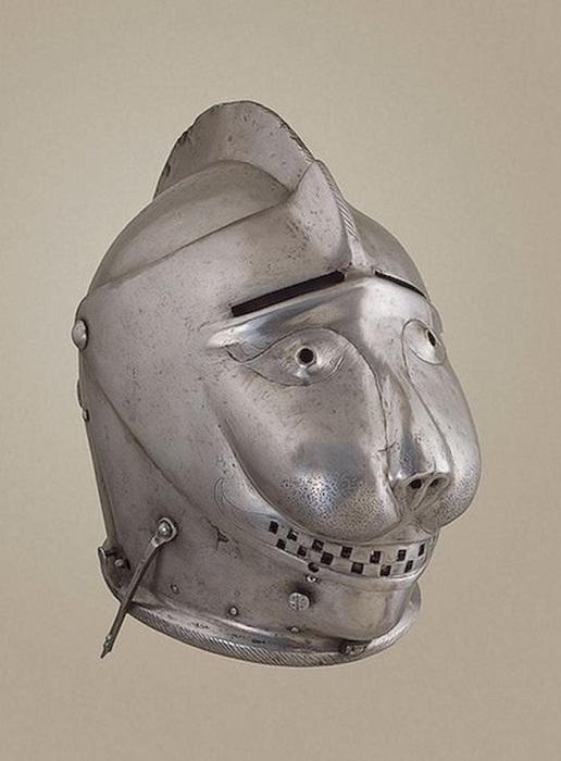 Гротескный шлем с забралами.